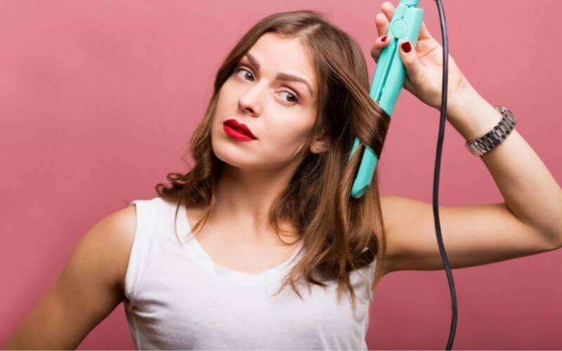 Modelowanie włosów prostownicą.